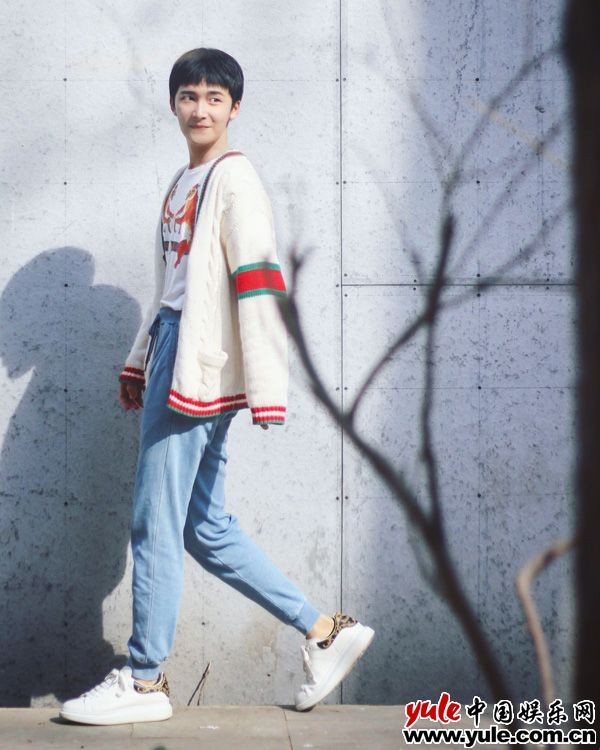 李浩男早春街拍示范 温暖时尚文艺范十足资讯生活
